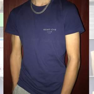 Hej! Säljer min brors mörkblåa Versace t-shirt, den är helt slutsåld och nästintill oanvänd, används två gånger, säljs pågrund utav att den inte passade honom som han ville, det står att storleken är S, men funkar lika bra som en M☺️ Hör av er vid ytterligare frågor, (köparen står för frakt)