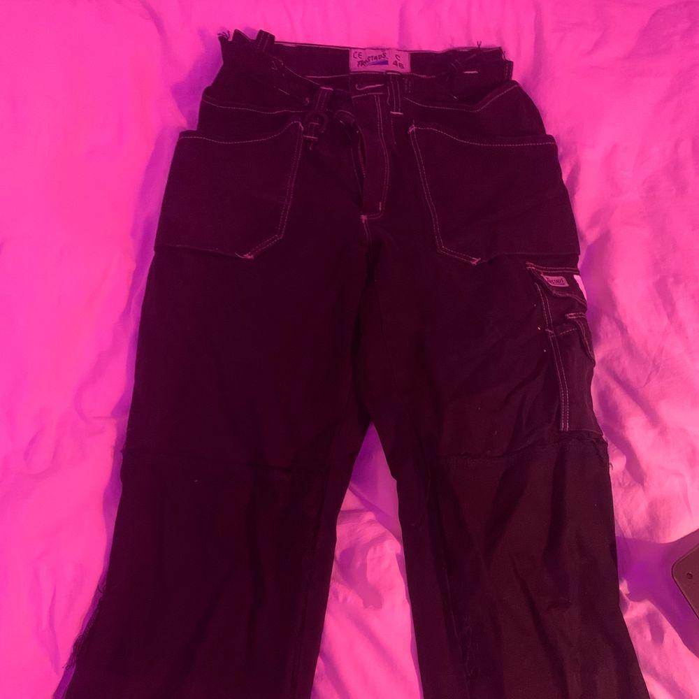 Sjukt snygga snickarbyxor jag köpt secondhand! Skulle säga att dom lagom långa och går ner över foten på någon som är runt 160cm. ❤️. Jeans & Byxor.