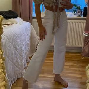 Vita jeans från mango. Korta i midjan och slutar vid ankeln. Storlek 36 väldigt stretchiga