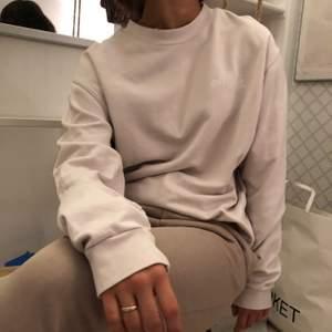 Jätteskön beigegrå sweater från official gallery. Fint skick
