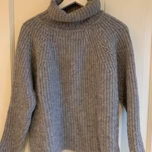 Säljer nu denna jättefina och mysiga tröjan från Rabens salonger. Den är i storlek small och i ull, perfekt till vintern att både vara varm och snygg i😁 Tröjan kan både hämtas i Göteborg eller fraktas, vad som funkar bäst för dig🤗