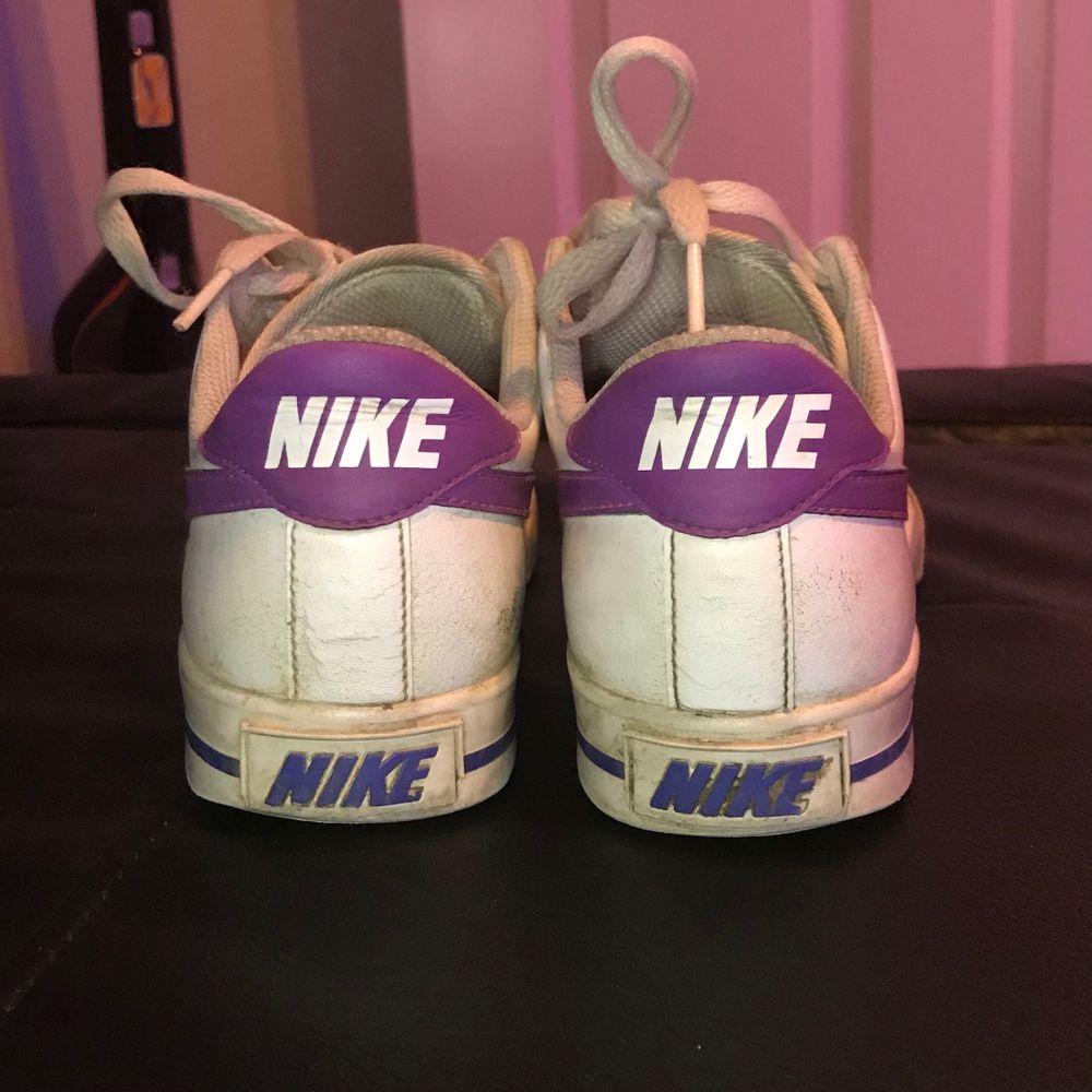 """Är medveten om att skorna är ganska sletna men de är också väldigt gamla, personligen tycker jag bara de får de att se lite """"vintage"""" ut. Som vanligt bara att skriva vid intresse så skickar jag fler bilder. Endast swish och postar endast. Skor."""