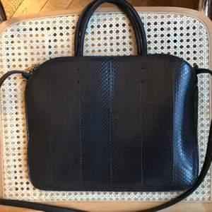 Mörkblå Nina Ricci väska till för en liten dator! Helt oanvänd och i jättebra skick perfekt som present till dig själv eller någon annan! Frakt ingår inte 🌷