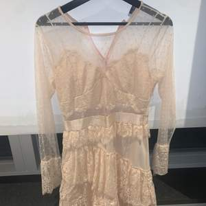 Huuur söt klänning ifrån raglady??? Min favorit klänning förutom att den är tyvärr för stor för mig 🤎 använd högst 2 ggr & fint skick!! Den är inte genomskinlig som den ser ut runt bysten!