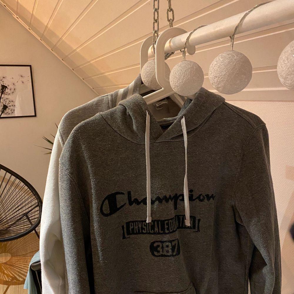 Champion hoodie i storlek S, men passar även M. Något nopprig men övrig i superfint skick! 100 kr + frakt 💕. Huvtröjor & Träningströjor.
