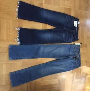 Det är två par jeans mörkblåa från tiger of Sweden storlek 26/30 high waisted wide leg och den ljusblåa från Levis storlek 26/32 low waisted straight leg. Säljer för att dem är för tighta på mig. Priset går att diskuteras styck vis men om du ska köpa båda två så får du dem för 1250kr. Säljer tiger of Sweden jeansen för 450kr och Levis jeansen för 550kr och båda för 950kr