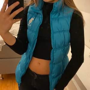 Säljer denna fina blåa vesten från US. Polo Assn då den inte kommit till så stor andvändning för mig, storlek M men är själv en S och den passar mig väldigt bra, köpare står för frakt✨😊