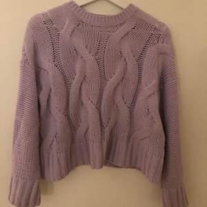 Superfin pastell-lila stickad tröja ifrån bershka! Storlek XS. Superfin att matcha med både jeans, kjol och mjukisbyxor🧸💞 pris går att diskutera vid snabb affär👊🏼