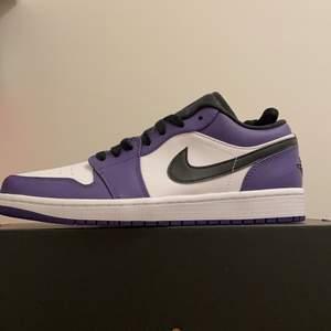 """Air Jordan 1 low """"court purple"""" storlek 42,5.  Buda från 1400 eller köp direkt för 1600kr. Dem är helt oanvända och kvitto medkommer med köpet så klar hör av er vid frågor eller info"""