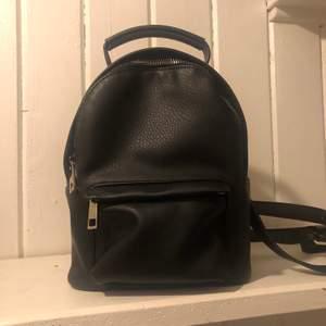 Liten ryggsäck som rymmer lika mycket som en handväska ungefär. Justerbara långa band som man även kan ta av. Mycket bra skick använd en gång.