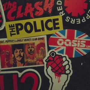 Vintage klistermärken! Massor av olika band,  kontakta mig om du har intresse av att köpa :). Pris kan variera, kontakta för mer info! Finns INTE kvar: Slipknot, Blur, Oasis, Linkin Park, misfits, Kurt Cobain, U2, The clash, MCR, Green day, the police