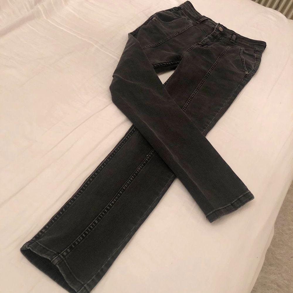 Oanvända gråa jeans i ganska tjock och elastisk material. Säljer pga lite för stora och kommer inte till användning. Strl 34/36. Jeans & Byxor.