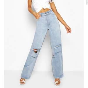 Super snygga ljusblå jeans med hål på knäna, högmidjade och långa. Använda fåtal gånger och i fint skick.