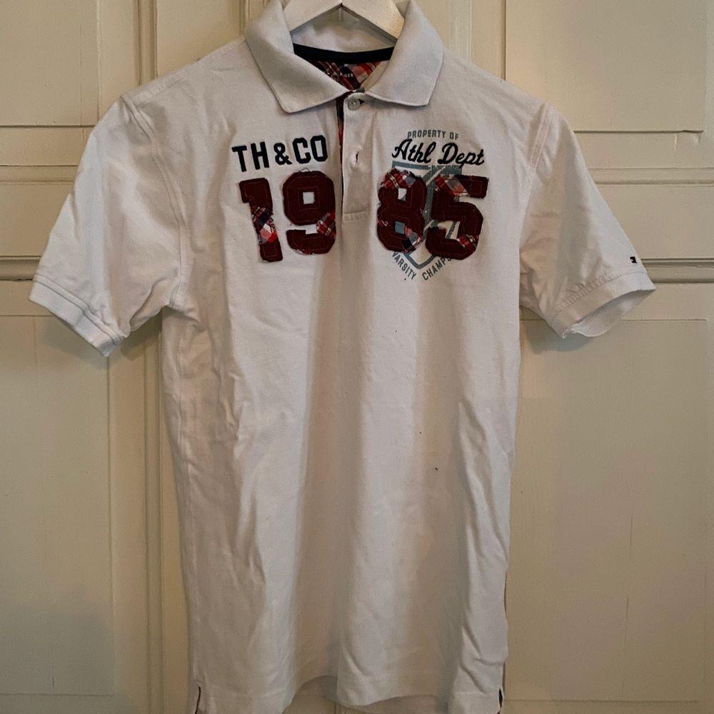 Vit t-shirt från Tommy Hilfiger i storleken 16-18 år. T-shortsen är i bra skick, frakt tillkommer. . T-shirts.