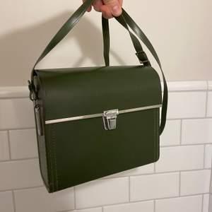 Jättenajs grön väska i ganska hårt material, supergullig o funkar till vardag o fest!!!