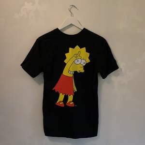 T-shirt från H&M med ett coolt tryck på ryggen av Lisa från Simpsons💞 (från herr avdelningen)