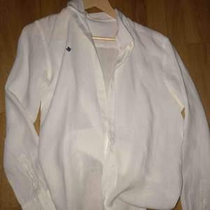 Denna skjorta passar både män o kvinnor då stilen är lite mer pösig o elegant