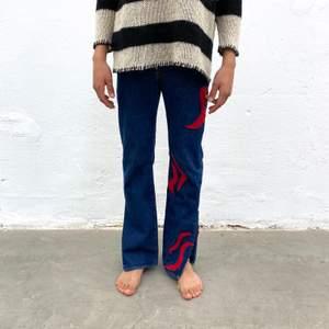 Levi's 501 secondhand-jeans med rött Iggy Jeans mönster. En re-make av @iggyjeans i samarbete Philippa Parnevik. OBS! Jeansen är små i storlek! Dessa motsvarar ca storlek M