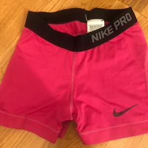 Rosa nike pro shorts, fint skick!