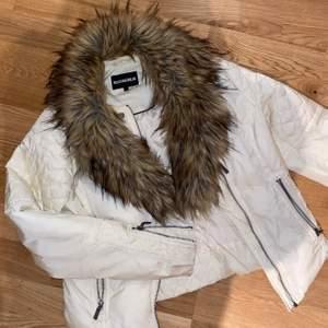 Benvit vinterjacka med löstagbar fuskpäls från RockAndBlue. I superfint skick! Väldigt varm så perfekt i vinter. Frakt tillkommer.