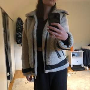 Säljer denna super fina jackan från bikbok som köptes förra vintern! Perfekt till kyligare väder och den är nästan oanvänd! Kan bjuda på frakten vid snabb affär🤍🤍🤍 i str XS men passar också S!!!