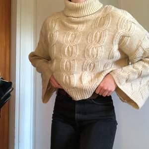 Tjock stickad tröja i liiiite kortare modell med vida ärmar. Köpt i London. Använd Max 3 gånger!✨🌺⭐️