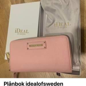 Idealofsweden plånbok använd några gånger. Köptes för 699kr. Säljes för 300kr.