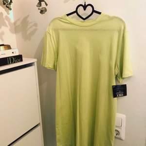 Helt ny casual och snygg t-shirt klänning från NLY Trend.
