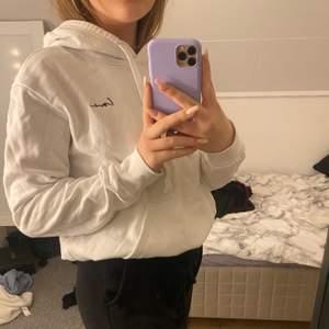 Jätte fin vit hoodie med text i hörnet,ny skick säljer pgr av att det inte är min stil längre