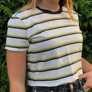 Fin randig t-shirt från urban outfitters. Bra skick. Står ingen storlek, men passar S bra! Frakt ingår inte!💕✨ Pris kan diskuteras👍