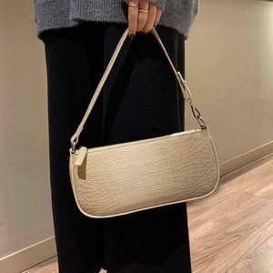 Säljer denna beiga väska från byanastasia. Bilderna är lånade!