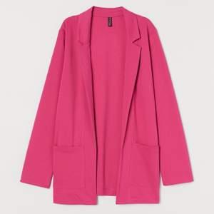 Oversized rosa blazer från HM i strl L. Helt oanvänd. Har två fickor. 100kr + 59kr frakt