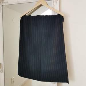 Vintage midi skirt med kritstreck som ej kommer över mina höfter och därför säljs, osäker på storlek men förmodligen 32-38. Säljer matchande kavaj!! Då den är vintage är den handgjord och där man knäpper är det lite messy, därför är kjolen billig