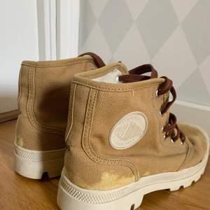 Ljusbruna skor med mörkbrun snörning i storlek 37. Lite förgavfall på baksidan av skons tyg.