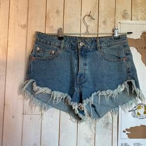 Säljer mina högmidjade shorts från bikbok, säljer för de inte kommer till användning, köparen står för frakten☺️❣️
