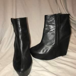 Spetsiga boots med kilklack i läder. Super bekväma och snygga, skon är i bra kondition undersidan är lite sliten.