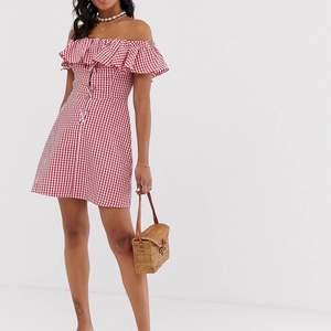 Klänning från asos, kommer sällan till användning men är så fin!! Lång dragkedja finns på baksidan och väldigt lätt att få på:) 40 i frakt