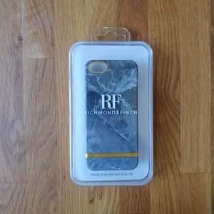 Säljer mina skal för att jag har bytt telefon. Det gråa marmorskalet med gulddetaljer (Richmond&Finch) är i oöppnad originalförpackning & säljs för 200 kr inkl. fraktkostnad och det begagnade blomskalet (iDeal of Sweden) som är i gott skick med endast en liten repa på vänster kant säljs för 50 kr inkl. fraktkostnad. Eller köp båda för 250 kr och få gratis frakt!