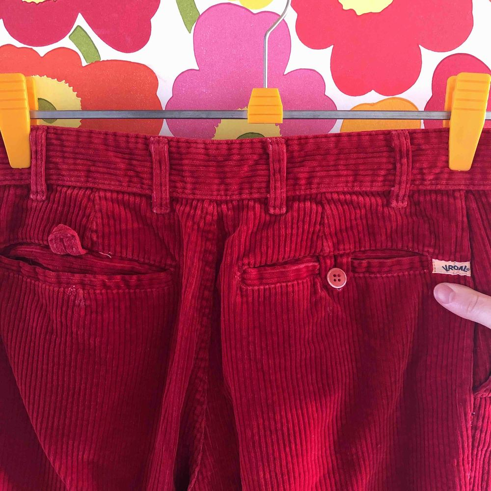 Vintage manchesterbyxor i mustig röd. Så fina men kommer tyvärr inte till användning. Somsagt vintage och skick därefter med en knapp som fattas på ficka bak (bild 2) och normalt slitage men ändå i väldigt fint skick med tanke på den förmodade åldern.. Jeans & Byxor.