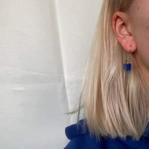 Hangjorda öronhängen köpt på italiensk marknad. Den blå stenen glänser i vissa ljus vilket gör den väldigt vacker. Köpt för 250kr. Desinficeras vid köp 💙