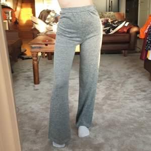 Jättesköna gråa luftiga mjukisar från boohoo i storlek S/36. Säljer då dem inte används längre, i bra skick. Säljer för 80 kr, köpare står för frakt. ❤️