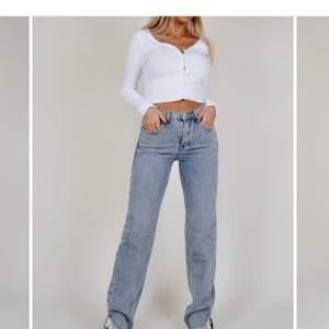 Jeans med slits ifrån Venderbys i strl S. HELT PERFEKTA jeans men tyvärr för långa för mig så säljer, aldrig använda. Orginal priset ca 600 svenska kronor, säljer för 400kr eller om du har ett annat bra pris!