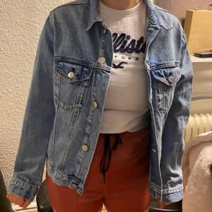 En blå jeansjacka som säljs pga att den ej används och är i fint skick☺️