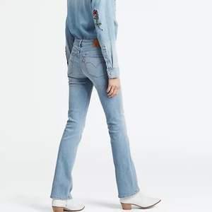 Säljer dessa snygga bootcut jeans från Levi's som blivit för små. Jätte bra skick och använda ett fåtal gånger, jag är 162 och på mig går jeansen precis till marken. Andra bilden gör sig mer rättvis till färgen på jeansen💕