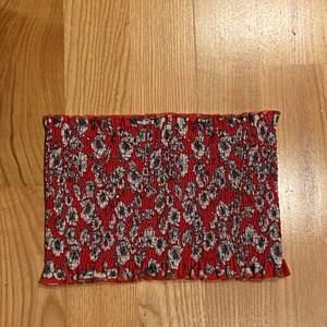 Säljer en bandeau topp från Gina tricot som jag använt en gång. Nypris är 179kr men säljer för 35kr+frakt.                 Kontakta mig vid frågor eller om fler bilder önskas💗