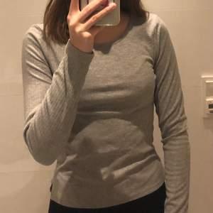 Två ribbade tröjor från Cubus en kort ärmad och en lång ärmad str xs, båda är i bra skick. Båda för 50 kr + frakt 59 kr.