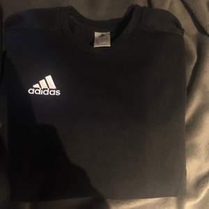 Sweatshirt från adidas i stl M, frakt tillkommer på 63kr💜 Kolla gärna in mina andra annonser😊