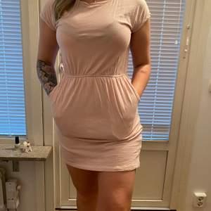 Klänningen är använd ca 4-6 gr. Har praktiska fickor som man kan lägga saker i. Den är i storlek S men den passar även för er som har M