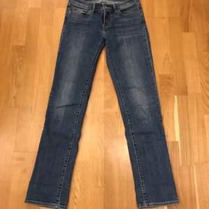 714 straight 26 Levi's mörkblå jeans. Låg midja, fram- och bakfickor! Inga defekter! 🐳💎                                                Köparen står för frakt, endast swish