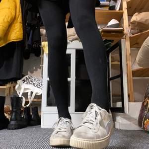 Superfina skor från puma, ljusblå och beiga! Lite smutsiga men annars är dom hela och fina. Sitter perfekt på mig som har 39 ❤️
